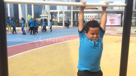 Heri, salah satu anak yayasan SAJA yang mengikuti acara buatan Workout Embassy. - INDOSPORT