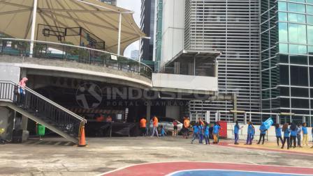 Atap sebuah pusat perbelanjaan jadi lokasi acara komunitas Workout Embassy.
