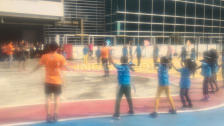 Anggota komunitas Workout Embassy berolahraga bersama anak-anak Yayasan SAJA.