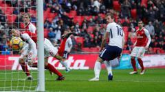 Indosport - Sundulan Harry Kane yang mengoyak jala Petr Cech