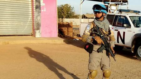 Inay adalah polisi sekaligus fans sejati Perserang Banten yang kini tengah tugas di negeri Sudan. - INDOSPORT