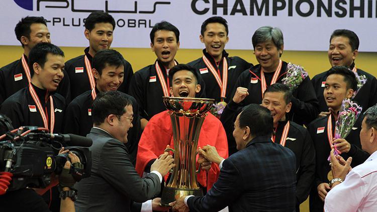 Momen tim putra saat menerima piala di final Asian Team Championships 2018. Copyright: HUMAS PBSI