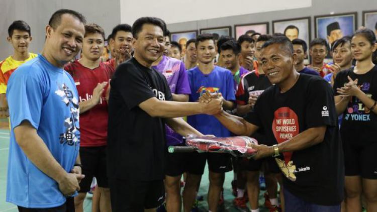 Suporter bulutangkis legendaris, Haryanto saat menerima apresiasi dari PBSI. Copyright: Internet