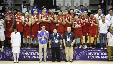 Timnas Indonesia memamerkan medali emas. Herry Ibrahim/INDOSPORT