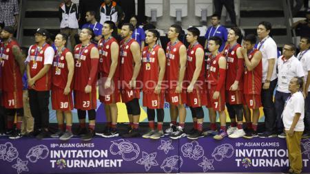 Timnas Basket Indonesia menyanyikan lagu kebangsaan Indonesia Raya. - INDOSPORT
