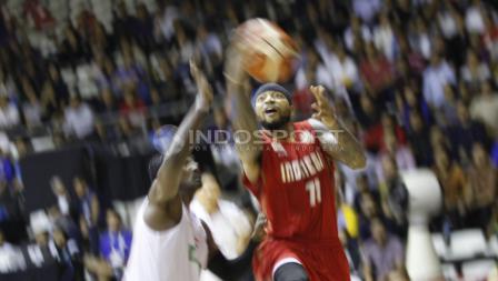 Jamarr Johnson one on one dengan pemain lawan. Herry Ibrahim/INDOSPORT