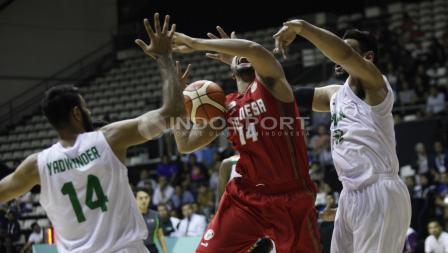 Jamarr Johnson mendapat double team dari lawan. Herry Ibrahim/INDOSPORT