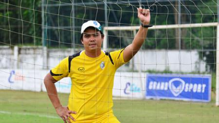 Myo Min Tu pelatih Yangon United. - INDOSPORT