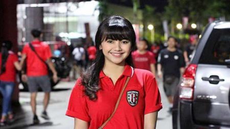 Lama tak kelihatan dan tak terdengar kabarnya, begini penampilan terkini fans Bali United yang bernama Ayu Puspa. - INDOSPORT