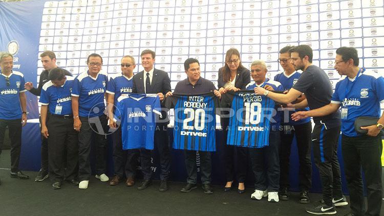 Javier Zanetti nampak bersemangat menghadiri launching Akademi Persib Bandung. Copyright: Arif Rahman/INDOSPORT