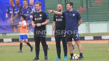 Javier Zanetti memberi arahan ke para peserta Akademi Persib Bandung.