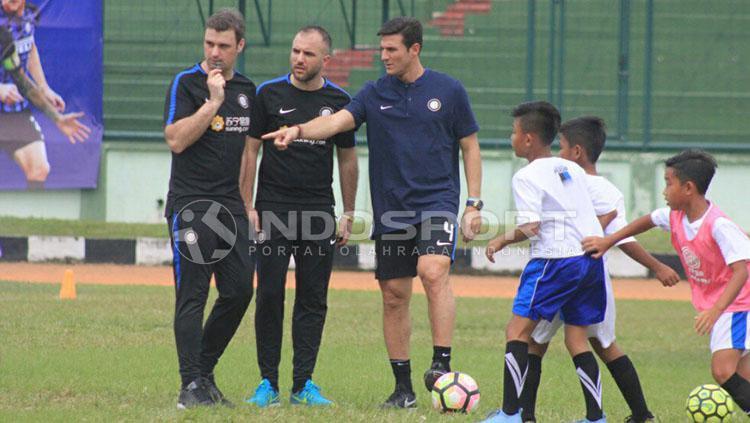Beberapa anak Akademi Persib Bandung berusaha mendekati Javier Zanetti. Copyright: Arif Rahman/INDOSPORT