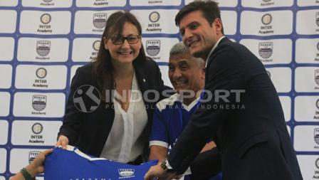 Javier Zanetti berfoto dengan beberapa pihak manajemen Persib Bandung.