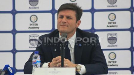 Javier Zanetti dalam konferensi pers terkait kedatangannya dalam launching Akademi Persib Bandung.