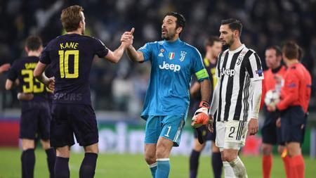 Harry Kane dan Gianluigi Buffon berjabat tangan usai pertandingan. - INDOSPORT