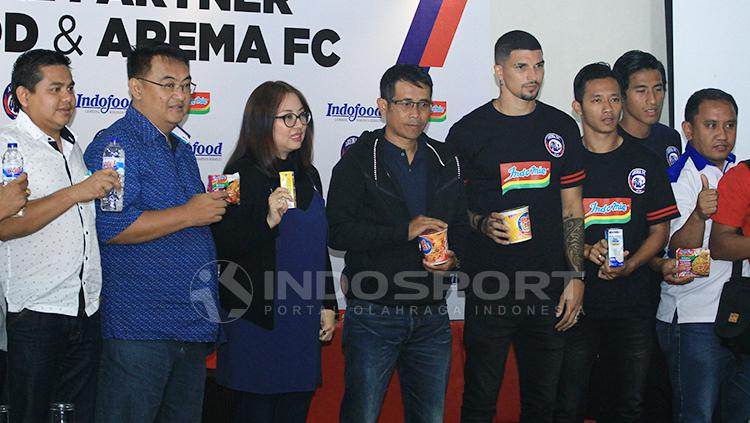 Arema FC jalin kerjasama dengan produk makanan mie instan. Copyright: Ian Setiawan/INDOSPORT