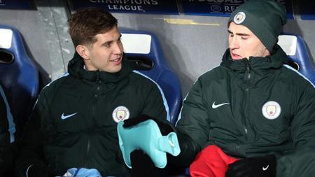 Bek tengah Manchester City, John Stones (kiri), dilaporkan sudah kembali berlatih setelah menepi selama empat pekan akibat cedera otot. - INDOSPORT