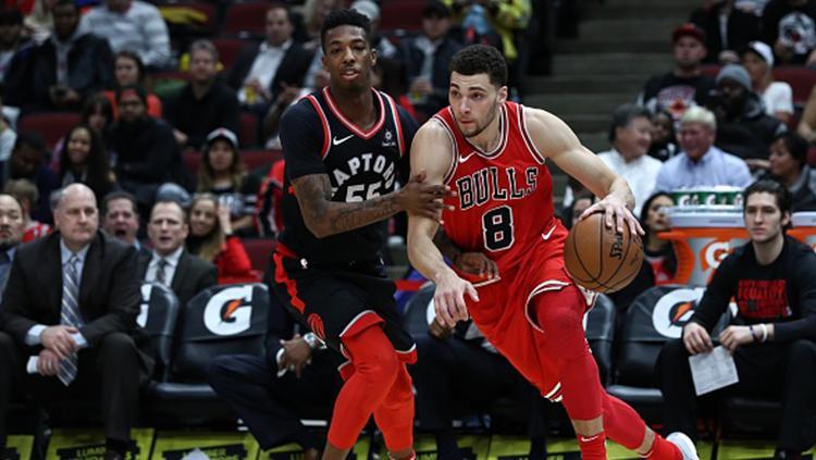 Zach LaVine (kanan) dari Chicago Bulls melewati pemain Toronto Raptors. Copyright: Getty Images