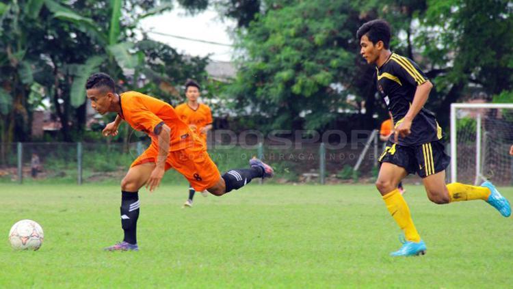 Hadangan bek Semut Hitam Antoni (kanan) tak mampu menghentikan winger M. Azizar Rochman (kiri) Copyright: Media Persebaya
