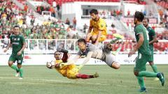 Indosport - Striker Sriwijaya FC, Alberto Goncalves (kedua kiri) mencoba membobol gawang PSMS Medan yang dikawal Abdul Rohim. (Herry Ibrahim)