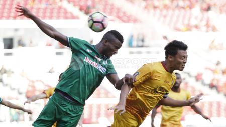 Duel udara antara Hamkah Hamzah dengan bek PSMS Medan, Reinaldo Rodrigues. Duel ini awal tercipta gol kedua untuk Sriwijaya FC. Harry Ibrahim - INDOSPORT