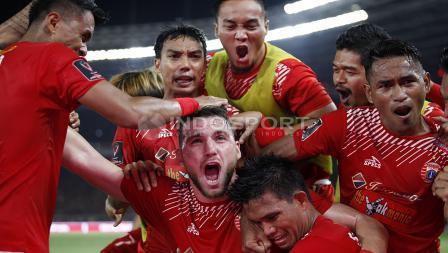 Marko Simic di tengah pemain Persija Jakarta lain yang tampak emosional merayakan gol.