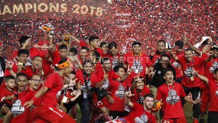 Skuat Persija Jakarta berpesta usai menerima trofi juara Piala Presiden 2018.