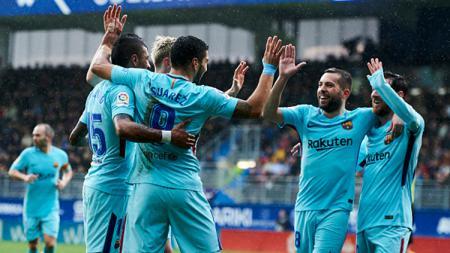Luis Suarez membuka keunggulan Barcelona atas Eibar. - INDOSPORT