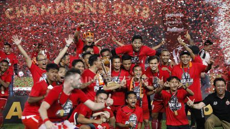 Skuat Persija Jakarta berpesta usai menerima trofi juara Piala Presiden 2018. - INDOSPORT