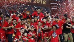 Indosport - Skuat Persija Jakarta berpesta usai menerima trofi juara Piala Presiden 2018.
