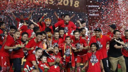 Para pemain, staf pelatih, dan ofisial larut dalam euforia gelar juara Piala Presiden 2018.