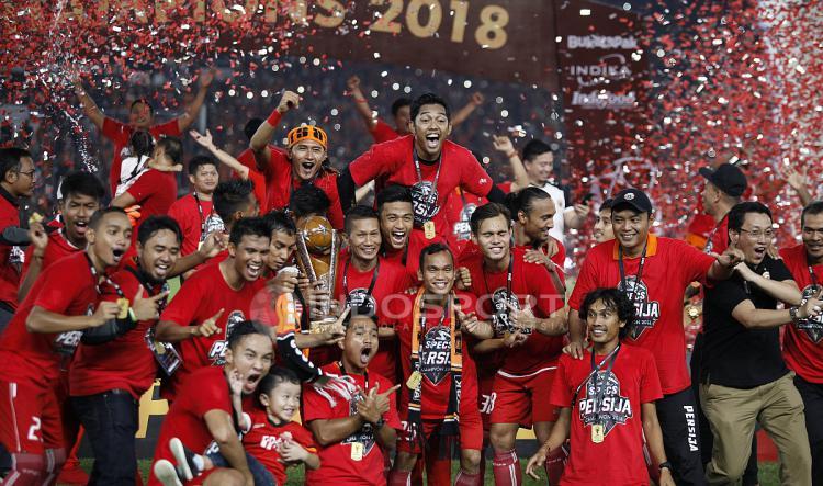 Skuat Persija Jakarta berpesta usai menerima trofi juara Piala Presiden 2018. Copyright: Herry Ibrahim/INDOSPORT