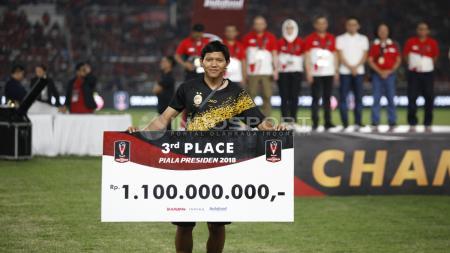 Adam Alis secara simbolis mewakili Sriwijaya FC menerima penghargaan juara ketiga. - INDOSPORT