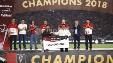 Djajang Nurjaman (Djanur) secara simbolis mewakili PSMS Medan menerima penghargaan juara keempat di Piala Presiden 2018. - INDOSPORT