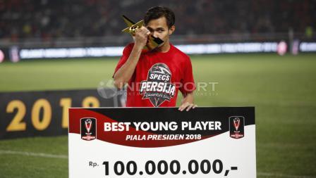 Bek Persija Jakarta, Rezaldi Hehanusa, menyabet gelar individu Pemain Muda Terbaik Piala Presiden 2018.