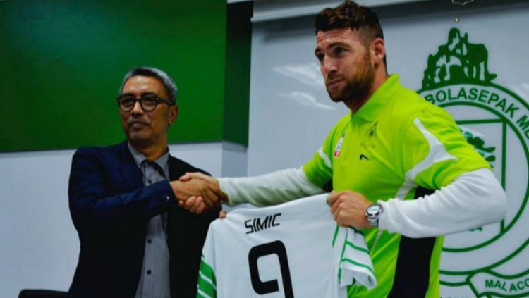 Simic menandatangani kontrak bersama Kelantan FA Copyright: justreadonline.com