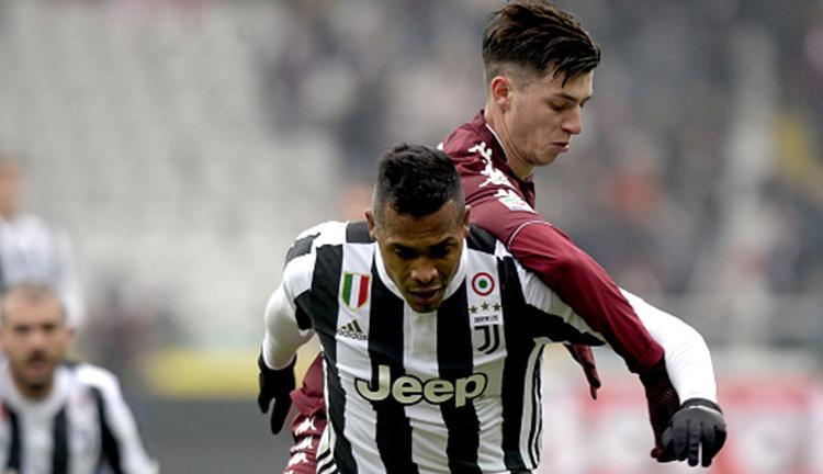 Alex Sandro (Juventus) di jaga ketat oleh pemain Torino. Copyright: INDOSPORT