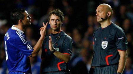 Henning Ovrebo ketika memimpin pertandingan leg kedua babak semifinal Liga Champions musim 2008/09 antara Chelsea melawan Barcelona. - INDOSPORT