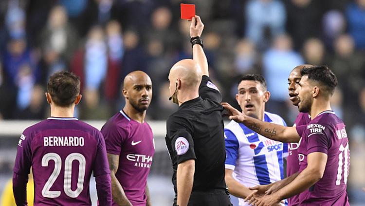 Fabian Delph mendapat kartu merah dari wasit, Anthony Taylor. Copyright: INDOSPORT