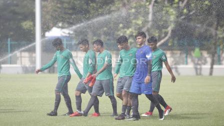Para pemain Timnas U-19 hendak meninggalkan lapangan usai latihan.