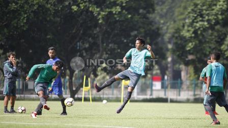 Hanis Saghara (tengah) mencoba menghalau bola tendangan rekannya.