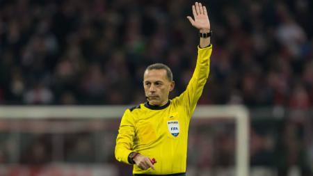 Cuneyt Cakir, wasit asal Turki, akan memimpin laga semifinal leg kedua Liga Champions 2018/19 antara Liverpool vs Barcelona. - INDOSPORT