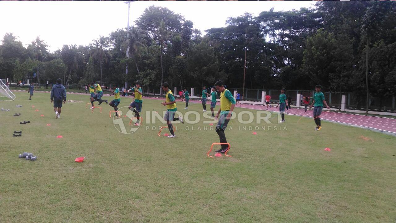 Suasana Latihan Timnas U-16 di hari pertama TC II. Sebanyak 25 pemain mengikuti TC kali ini. Namun untuk hari ini belum dipimpin Coach Fakhri Husaini yang belum tiba dari Bontang. Copyright: Zainal Hasan/Indosport.com