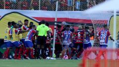 Indosport - Perkelahian yang terjadi di laga Vitoria vs Bahia.