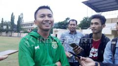 Indosport - Azrul Ananda (kiri) saat ditemui oleh awak media.