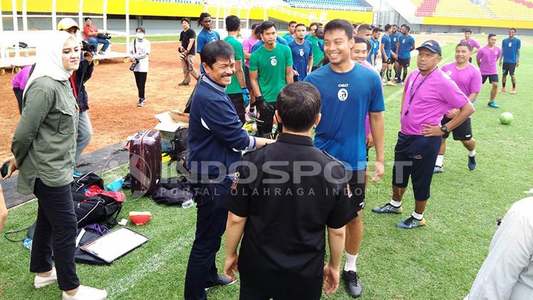 Indra Sjafri menyalami Hamka Hamzah saat di Stadion Jakabaring. Copyright: Muhammad Effendi/INDOSPORT