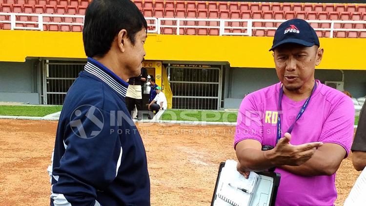 Pelatih Rahmad Darmawan dan Indra Sjafri saat bertemu di Stadion Jakabaring. Copyright: Muhammad Effendi/INDOSPORT