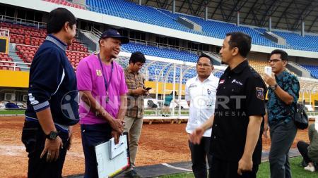 Pelatih Rahmad Darmawan, Indra Sjafri dan Ustaz Yusuf Mansyur saat bertemu di Stadion Jakabaring. - INDOSPORT