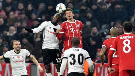 Thomas Muller (kanan) berebut bola di udara dengan  Atiba Hutchinson. - INDOSPORT