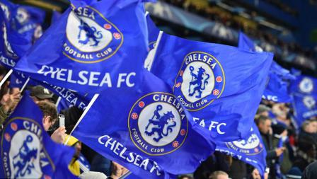 Bendera Chelsea dari suporter saat mendukung timnya melawan Barcelona.